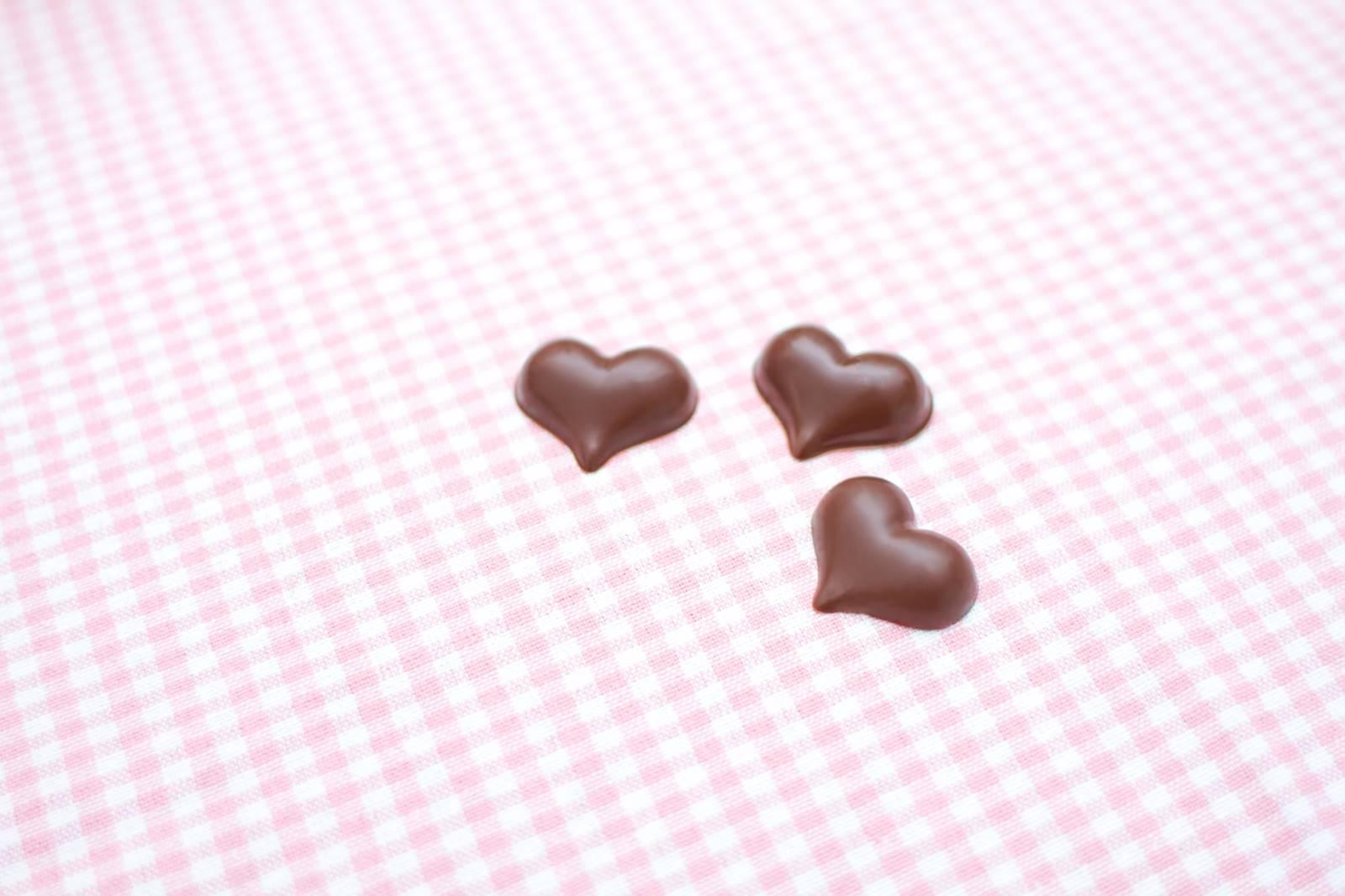 「ピンクのランチョンマットとハート型のチョコ」の写真