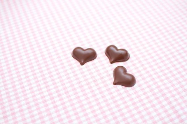 ピンクのランチョンマットとハート型のチョコの写真