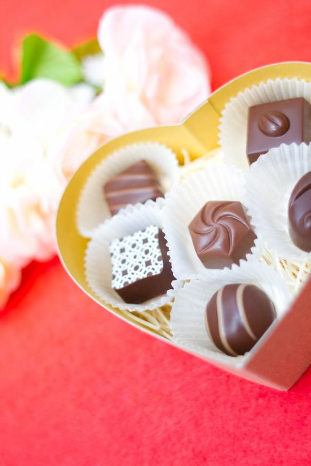 ハート型の箱とチョコレートの写真