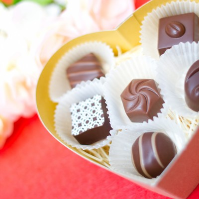 「ハート型の箱とチョコレート」の写真素材