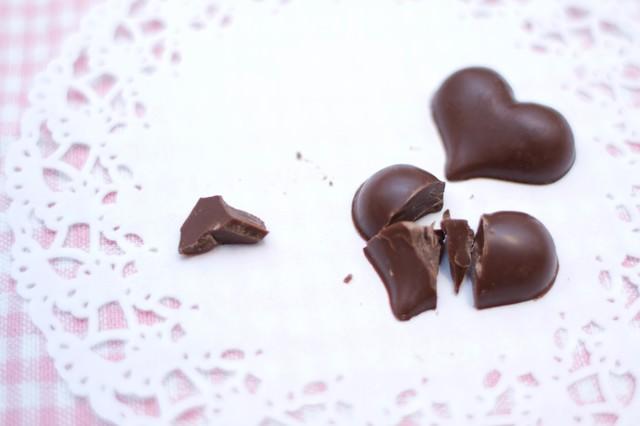 叩き割られたハート型のチョコの写真