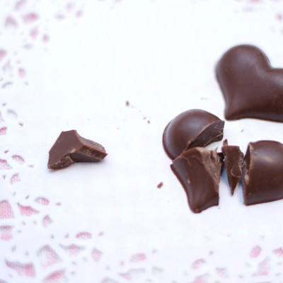 「叩き割られたハート型のチョコ」の写真素材