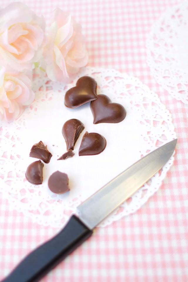 ハート型のチョコレートを斬るの写真