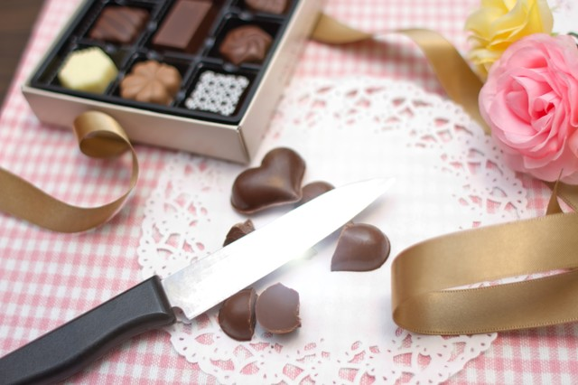「バレンタインが失敗に終わりハート型のチョコを破棄する。」のフリー写真素材