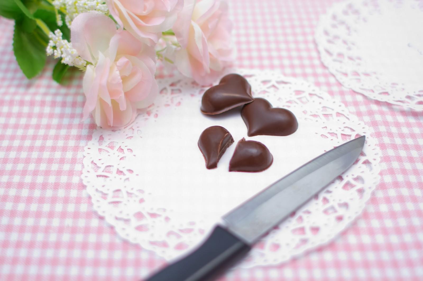 「ハートのチョコを真っ二つにナイフで切る」の写真