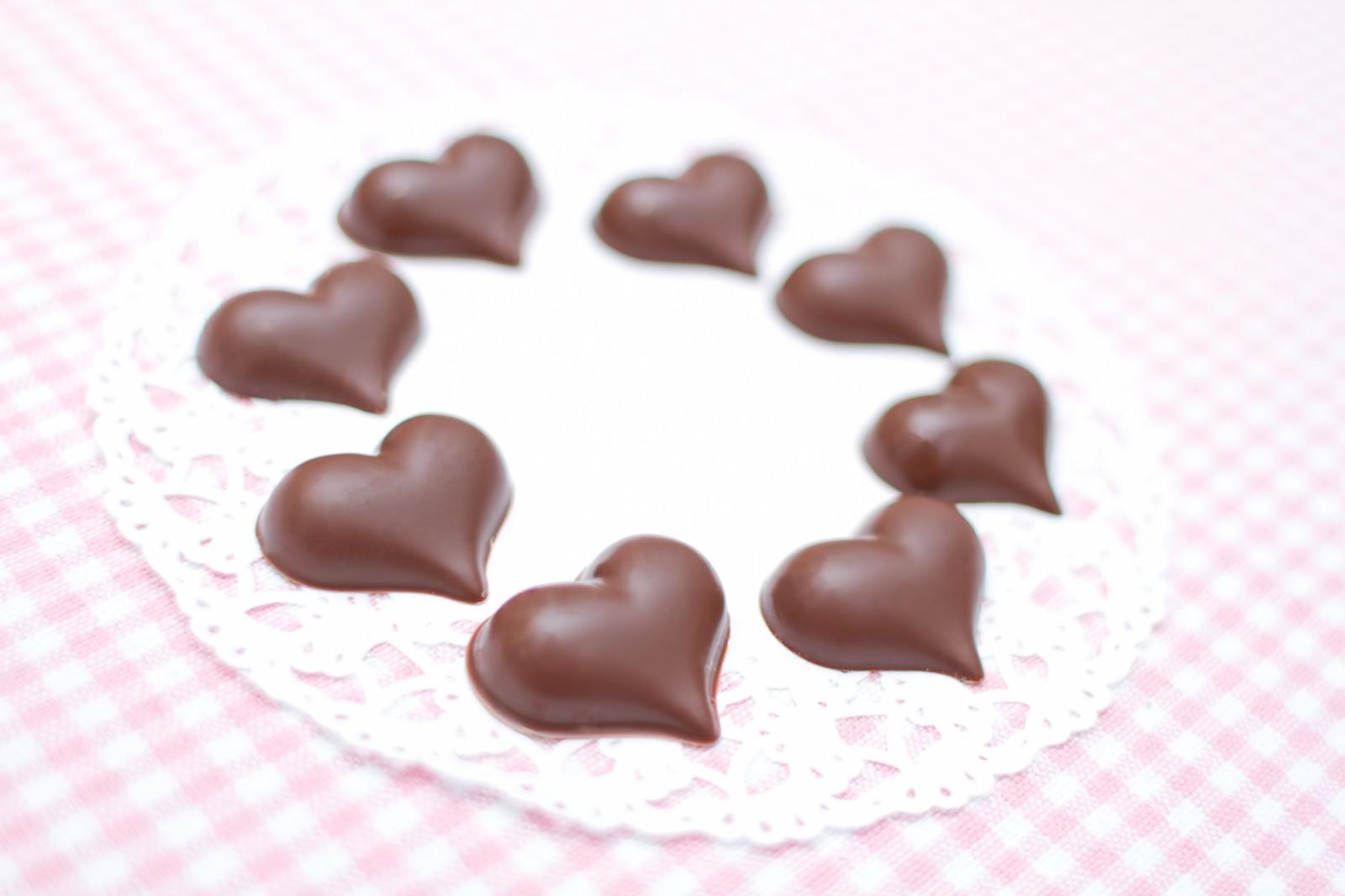 「手作りのハート型のチョコレート」の写真