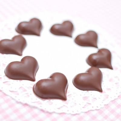 「手作りのハート型のチョコレート」の写真素材