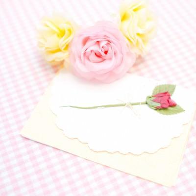 「お花と手紙」の写真素材