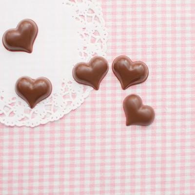 「ピンクのストライプとハートチョコ」の写真素材