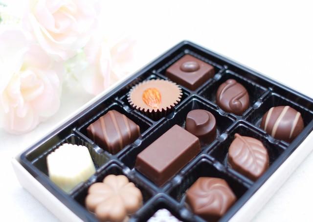 白い薔薇とチョコレートの写真