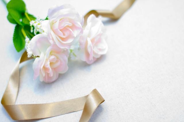 白い薔薇とリボンの写真