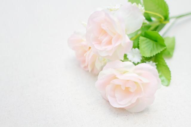 白いバラの造花の写真