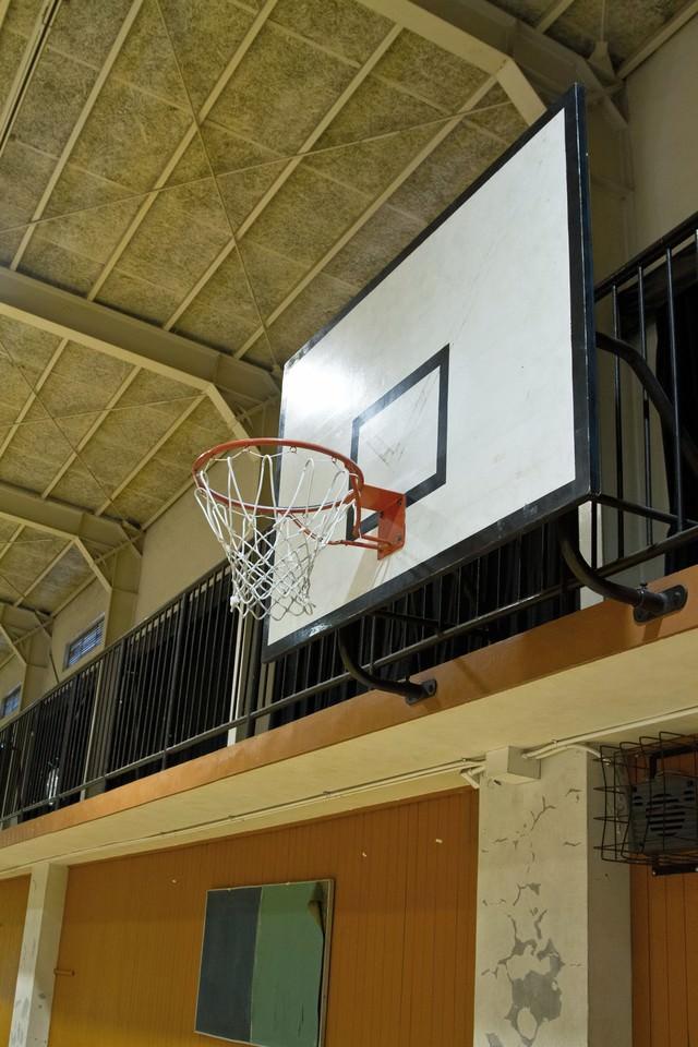 体育館のバスケットゴールの写真