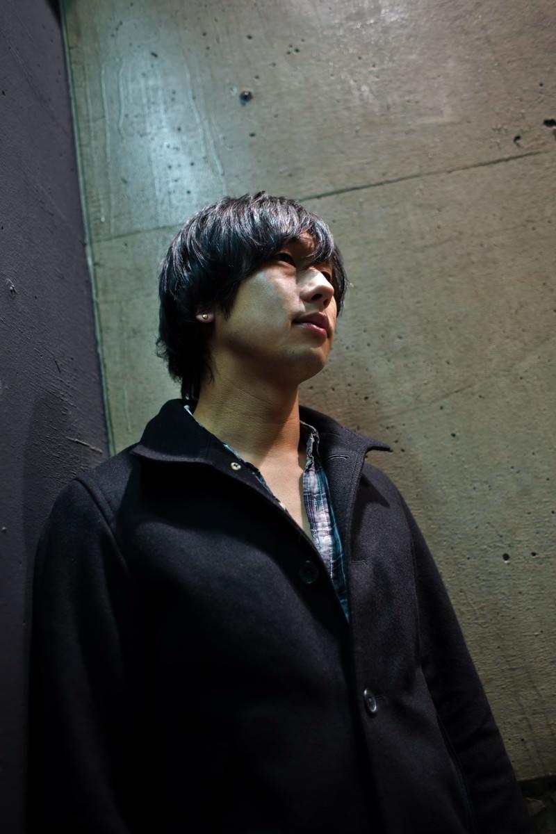 「冷たいコンクリートと男性」の写真[モデル:大川竜弥]