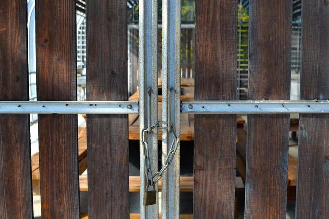 鎖がつけられた格子の写真