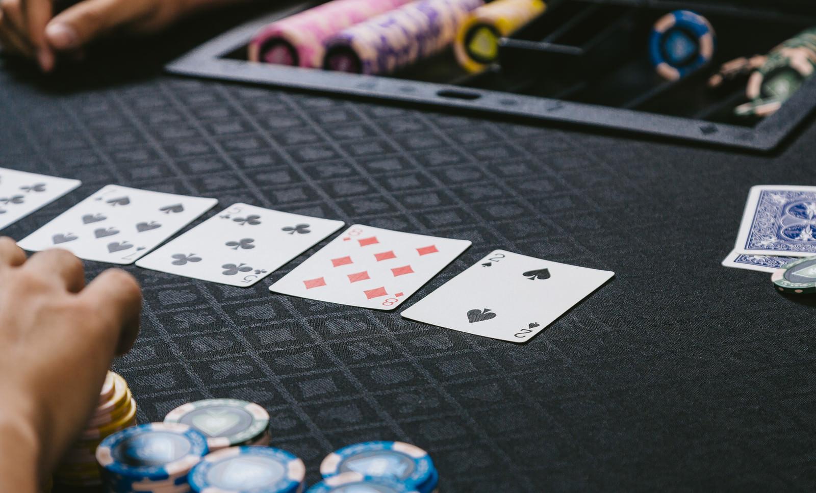 「ポーカーゲーム(トランプ)を楽しむ」の写真
