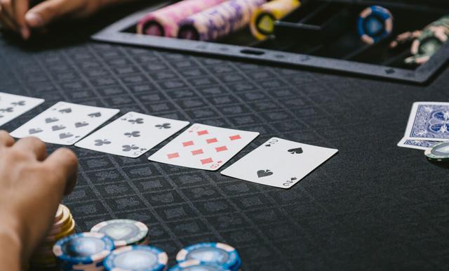 ポーカーゲーム(トランプ)を楽しむの写真