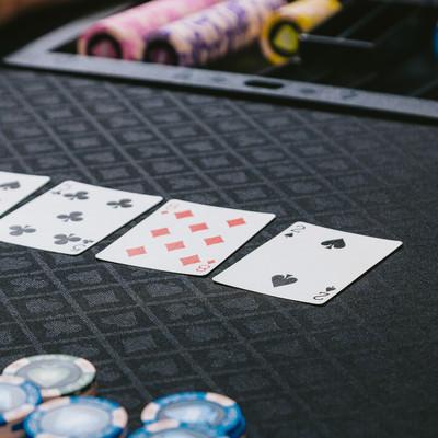「ポーカーゲーム(トランプ)を楽しむ」の写真素材