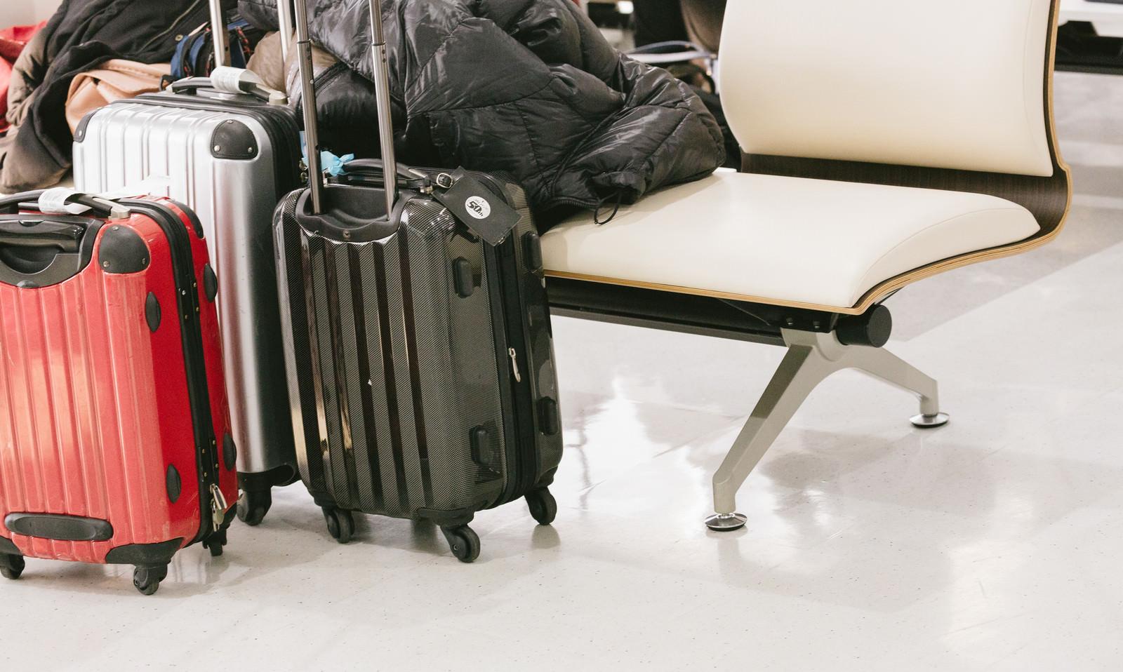 「旅行中のキャリーケース旅行中のキャリーケース」のフリー写真素材