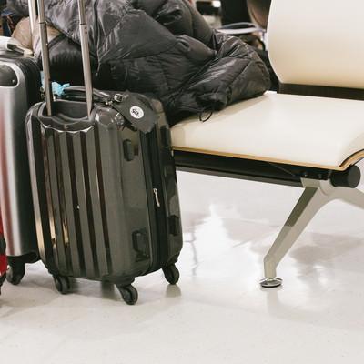 「旅行中のキャリーケース」の写真素材