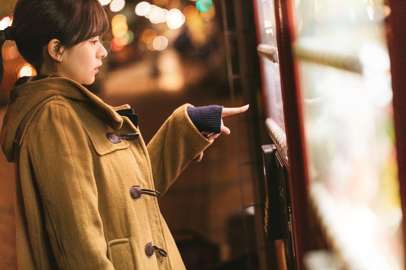 「自販機の「あったか~い」を買うコートを着た女性自販機の「あったか~い」を買うコートを着た女性」[モデル:千歳]のフリー写真素材を拡大