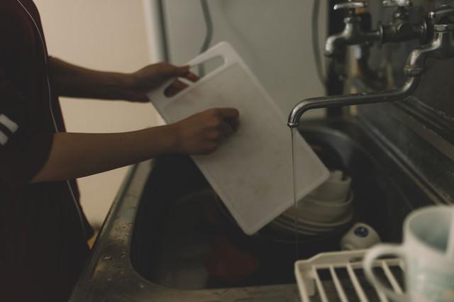 台所で洗い物中の写真