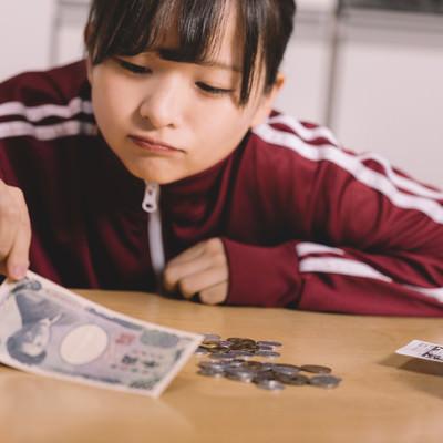 「金欠に苦しむ貧困女子」の写真素材
