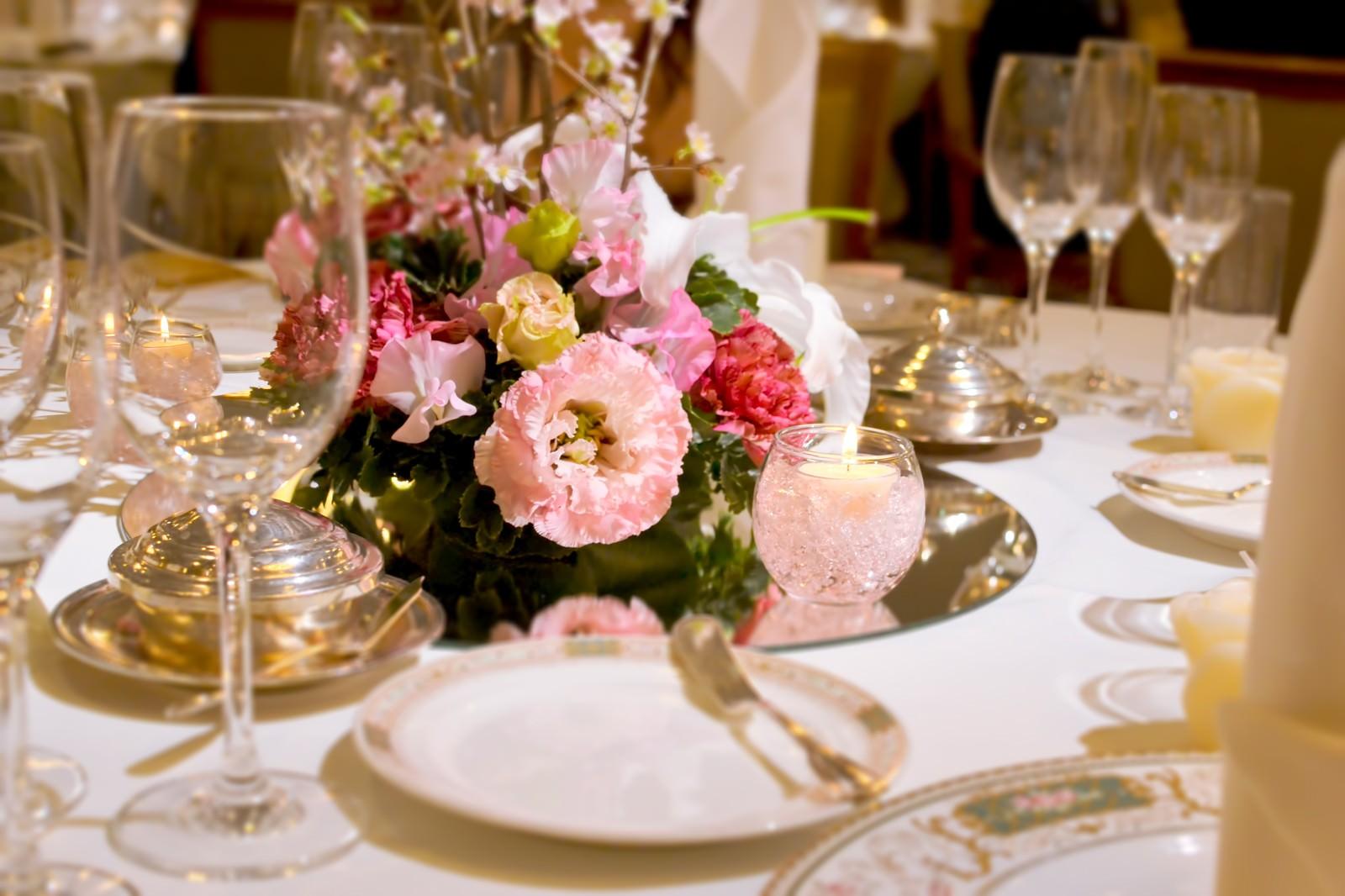 「結婚式・ウェディングのテーブルセット結婚式・ウェディングのテーブルセット」のフリー写真素材を拡大
