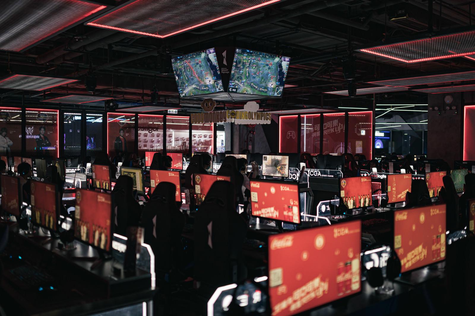 「何台ものゲーム用モニターが並ぶ大型eスポーツ施設「CGA」」の写真
