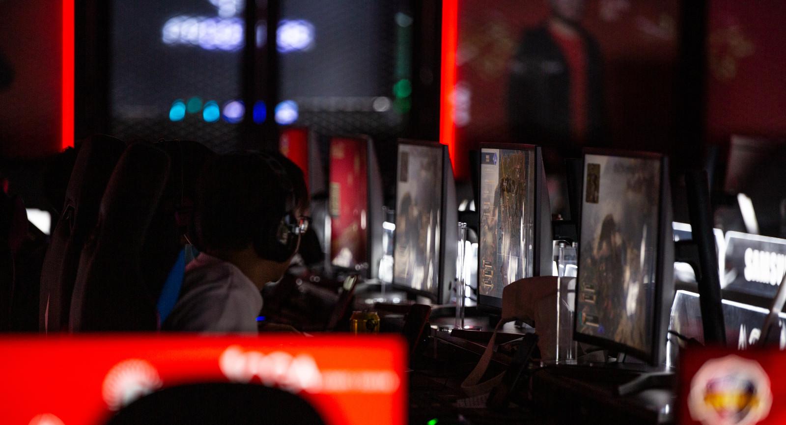 「eスポーツ施設で対戦格闘ゲームに夢中な男女カップル」の写真[モデル:Humanbomb まめち]