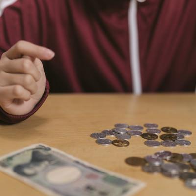 「いくら数えてもお金が足らない」の写真素材