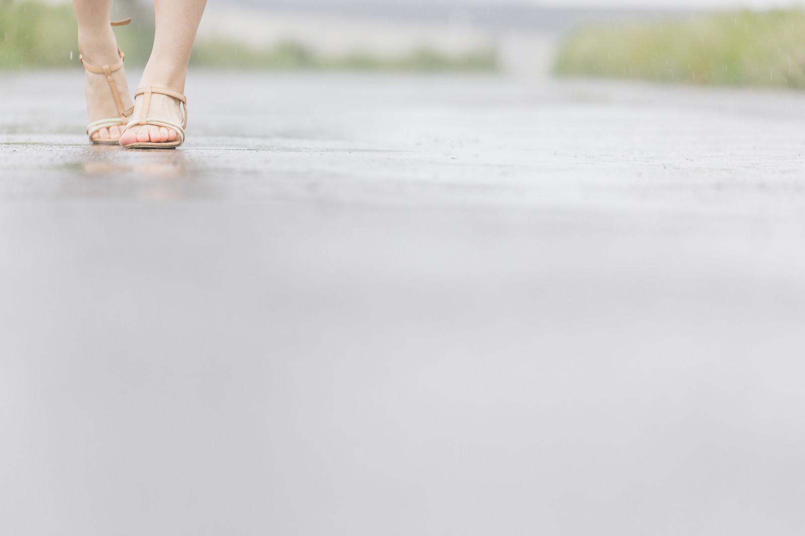 「雨道を歩く(女性の足元)雨道を歩く(女性の足元)」[モデル:佐竹PP]のフリー写真素材を拡大