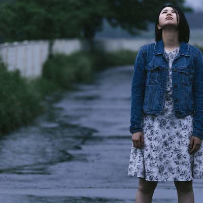 「雨に打たれる女性」の写真素材
