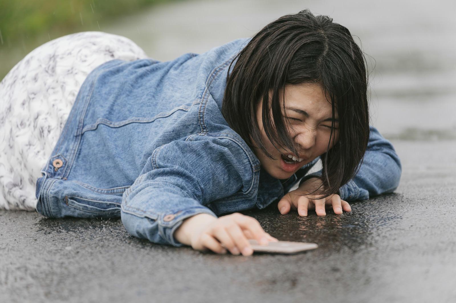 「歩きスマホで転倒し泣き叫ぶ女性(雨天)歩きスマホで転倒し泣き叫ぶ女性(雨天)」[モデル:佐竹PP]のフリー写真素材を拡大