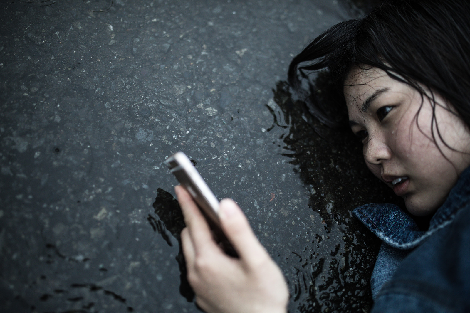 「いかにも悲しい雨のシーン」の写真[モデル:佐竹PP]