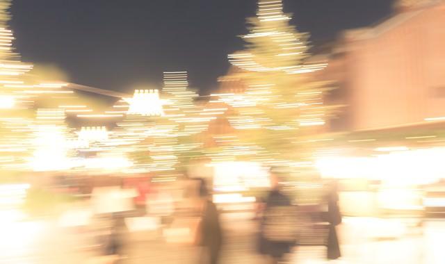 人とイルミネーションの光の写真
