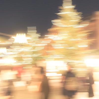 「人とイルミネーションの光」の写真素材