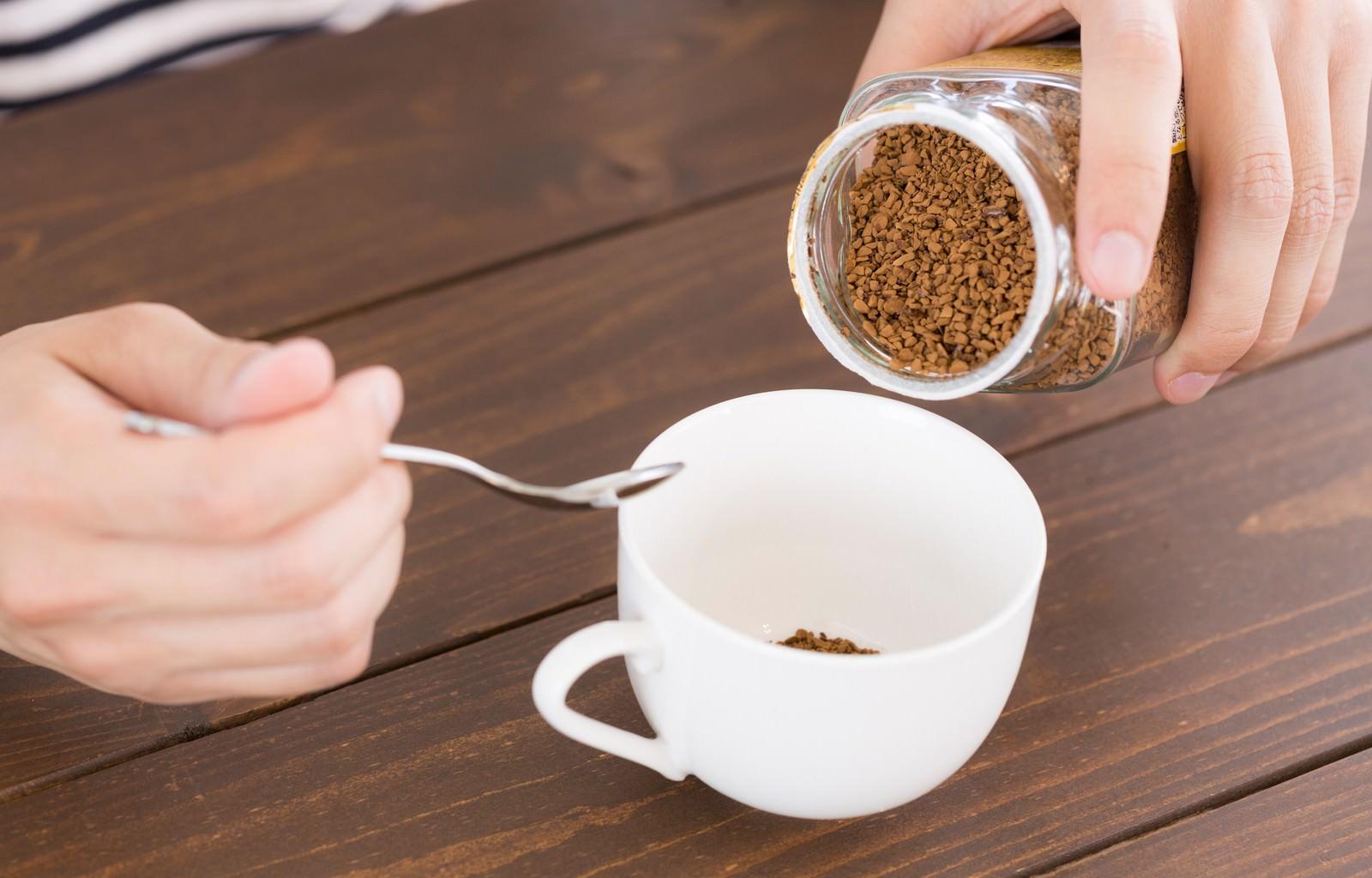 「インスタントコーヒーは濃い目がお好きインスタントコーヒーは濃い目がお好き」[モデル:大川竜弥]のフリー写真素材を拡大