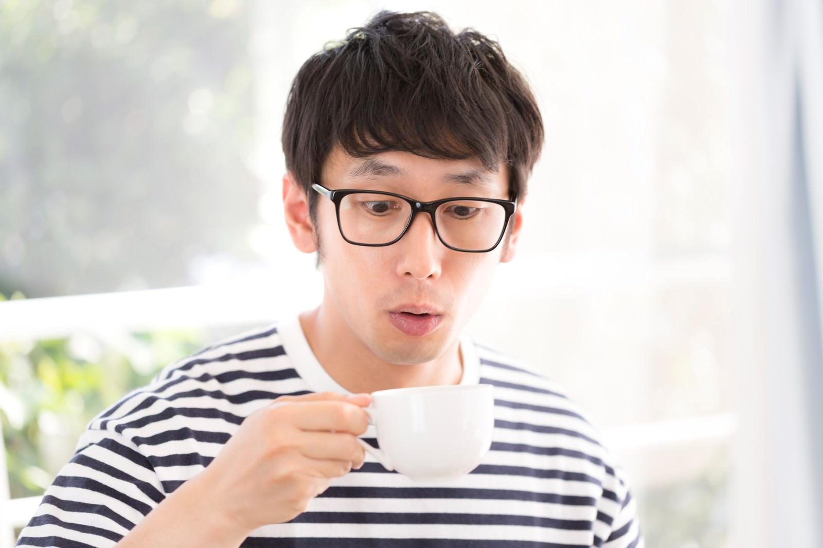 「サードウェーブコーヒーの美味しさに驚くアーリーアダプター」の写真[モデル:大川竜弥]