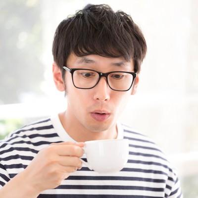 「サードウェーブコーヒーの美味しさに驚くアーリーアダプター」の写真素材