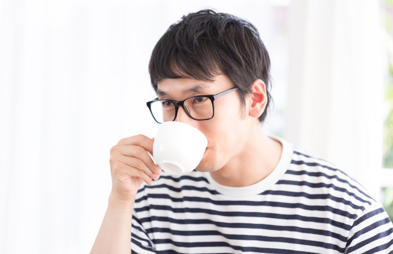 「コーヒーとスウィーツのマリアージュ」の写真[モデル:大川竜弥]