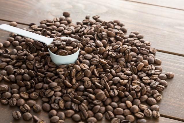 計量スプーンとコーヒー豆の写真