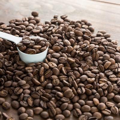 「計量スプーンとコーヒー豆」の写真素材