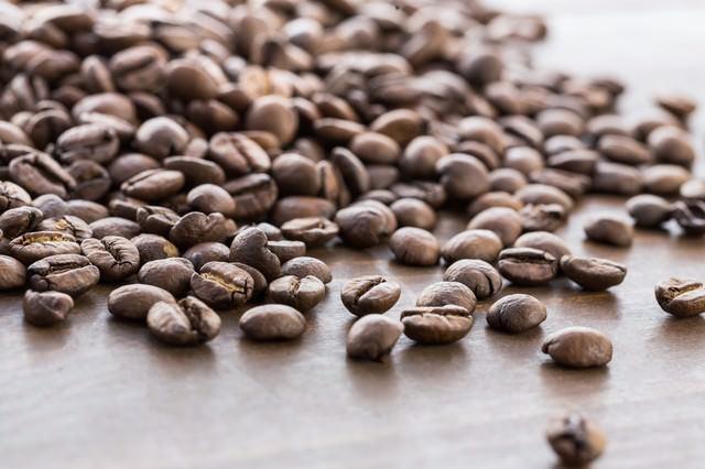 散らばったコーヒー豆の写真