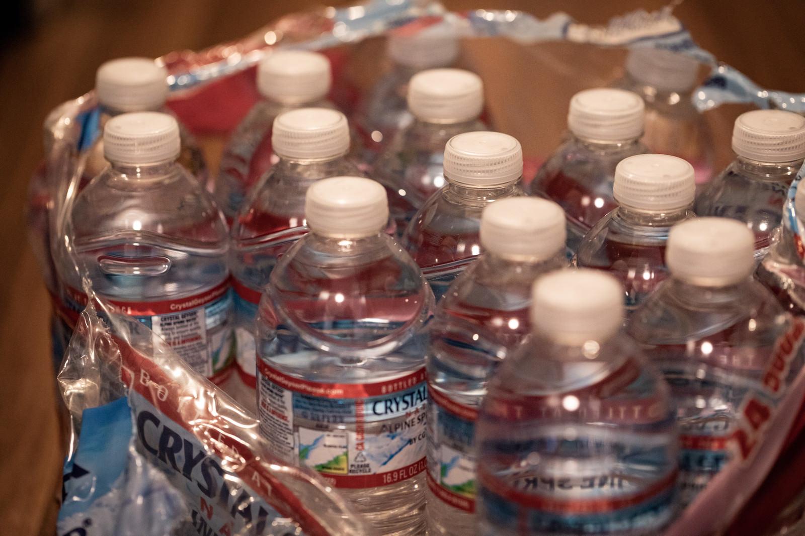 「備えていた大量の飲料水を開封」の写真