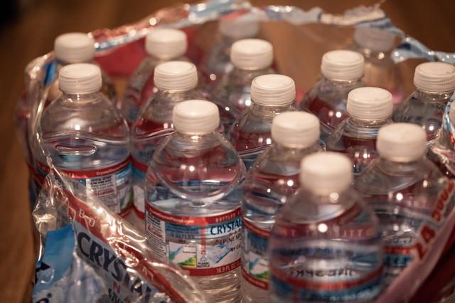 備えていた大量の飲料水を開封の写真