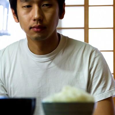 「テーブルに置かれたご飯とみそ汁」の写真素材