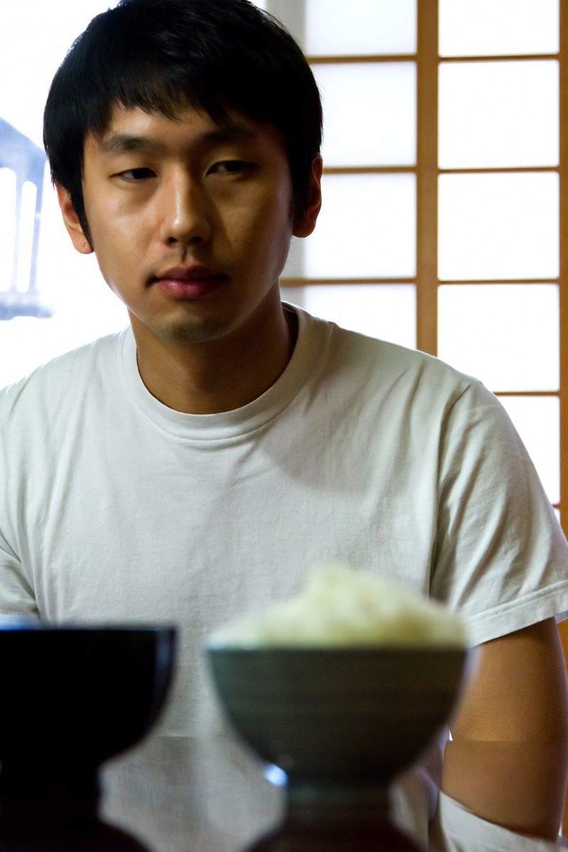 「テーブルに置かれたご飯とみそ汁」の写真[モデル:大川竜弥]