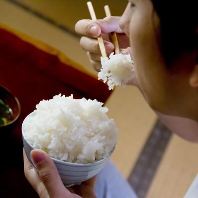 「茶碗の白米を食べる様子」の写真素材