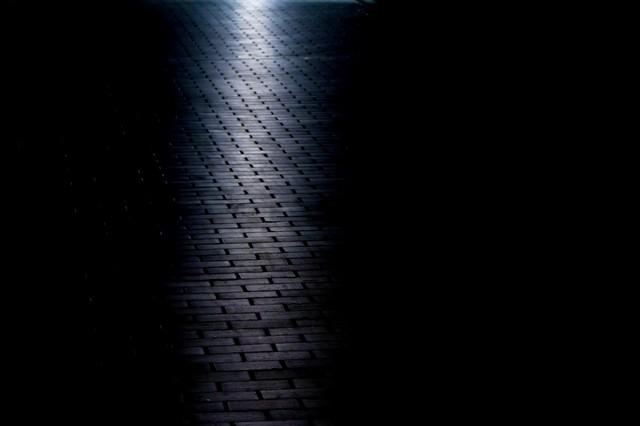 光が射すレンガの道の写真